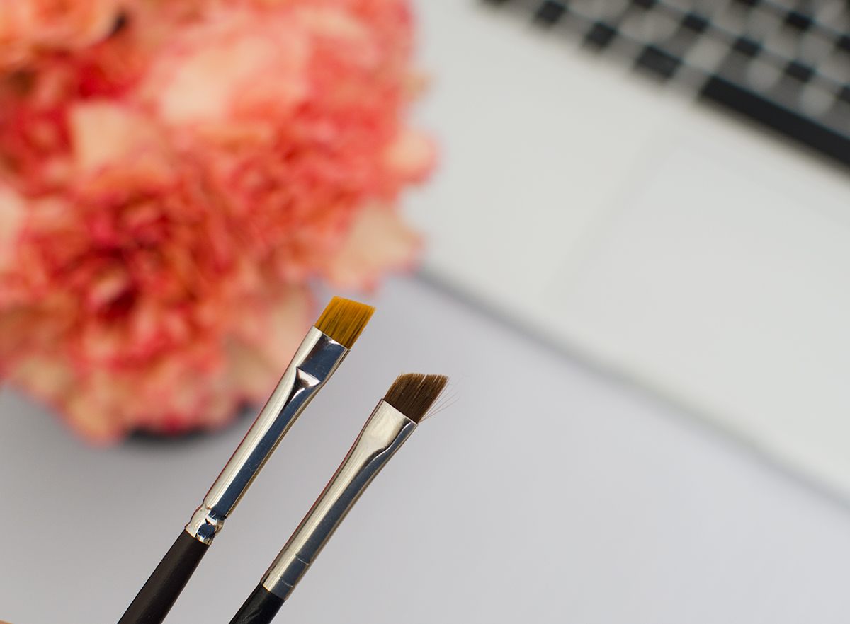 Louise Young Angled Brow Brush LY30 vs. MAC 226